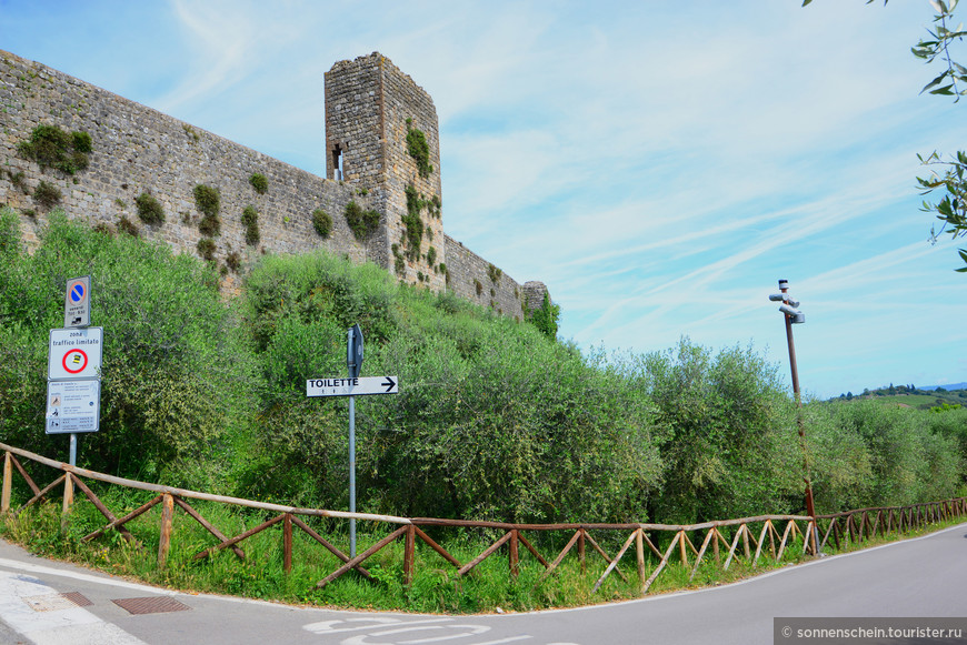 Если издали смотреть на городок, то возвышающиеся одиннадцать башен создают впечатление, что вы попали во времена Средневековья.