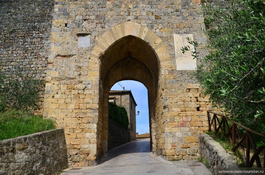 Крепостная стена имеет длину около 750 метров, ее строительство велось практически десять лет, и было закончено к 1219 году.