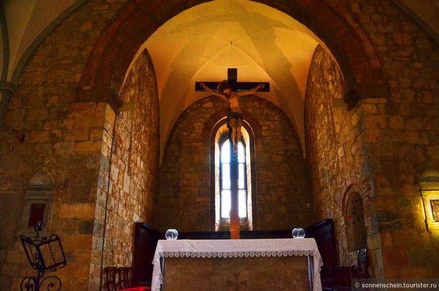 Церковь Санта Мария. Внутри прохладно,тихо и аскетично.