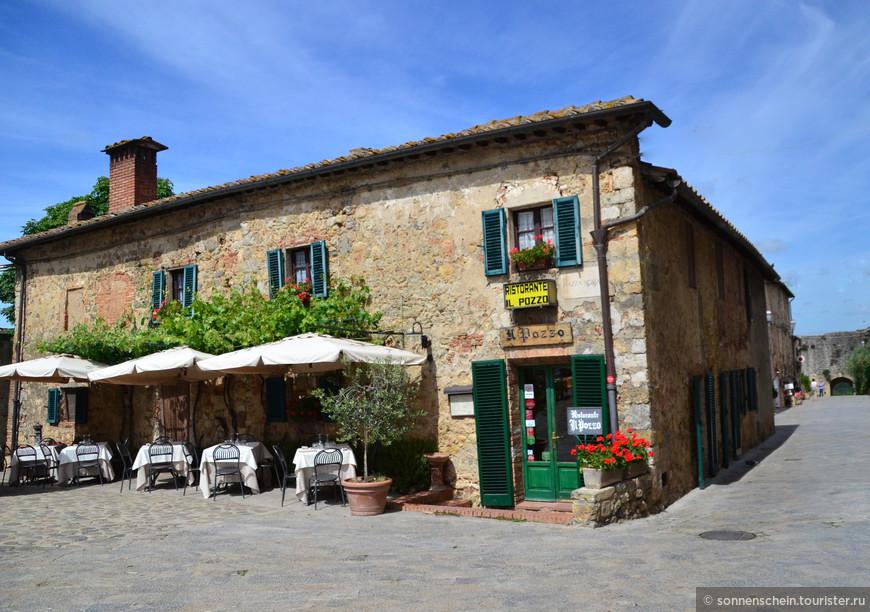 На территории городка есть множество магазинов, в которых можно приобрести все необходимое. Наиболее востребованными продуктами здесь является сыр пекорино, колбаса, оливковое масло и вино.