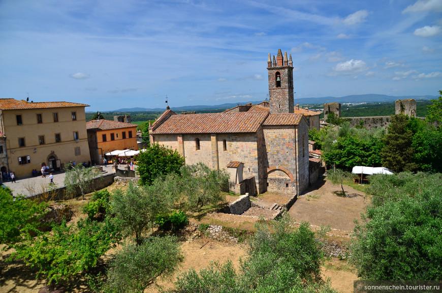 Приходская церковь в окружении оливкового сада.