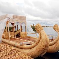 Тростниковая лодка для прогулок по  озеру