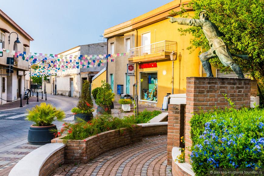 Разноцветные растяжки над улицами у центра. Одна из самых прочных ассоциаций с Пулой. Яркая и праздничная деталь.