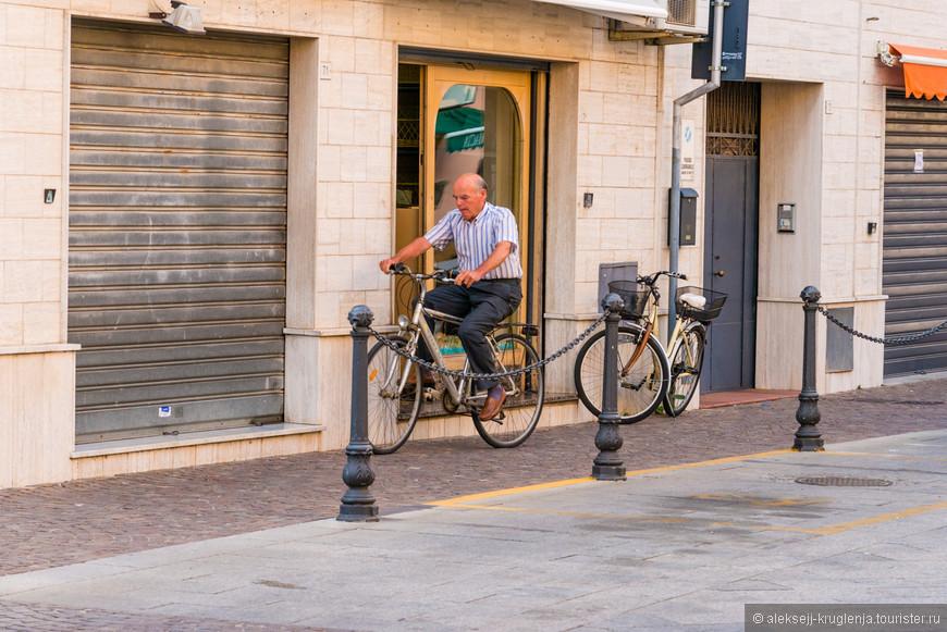 Появляются первые велосипедисты. Паркуются возле открывшегося кафе и забегают на чашечку кофе. Утренний ритуал пробуждения.