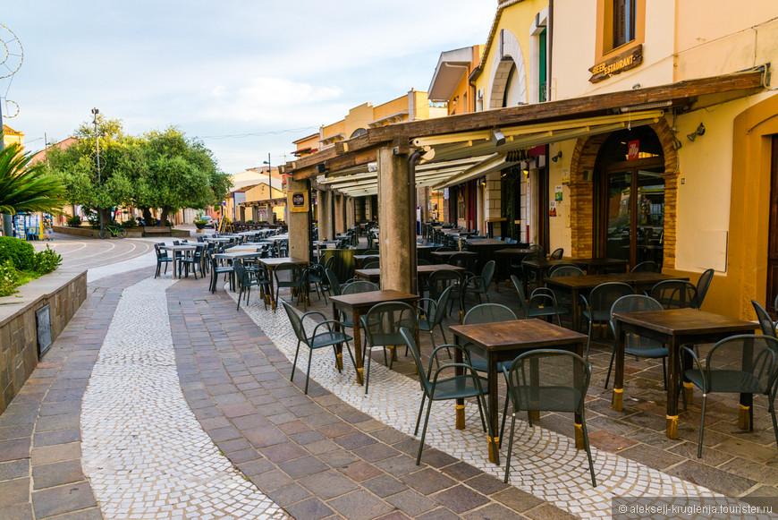 Кафе на центральной площади города Piazza del Popolo. Вечером здесь людно и весело.