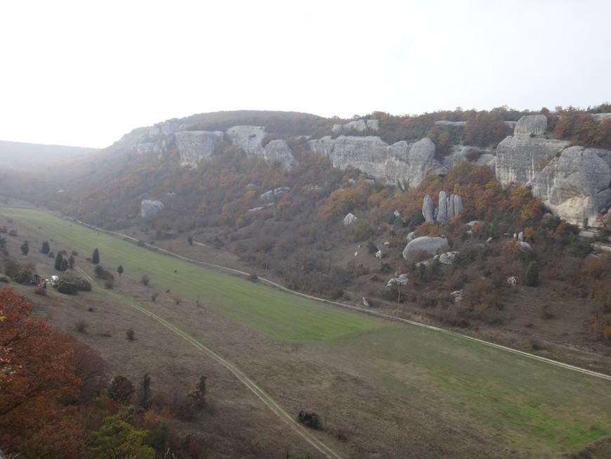 Сам пещерный город расположен в скалах довольно высоких и обрывистых.