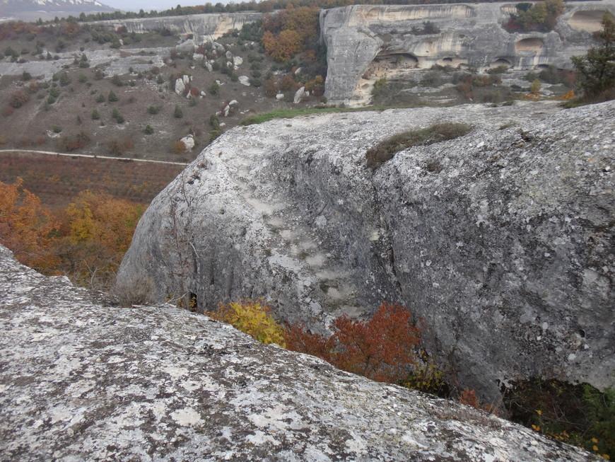 Скалы и обравы, вытесанные водой и ветром. А прямо по центру лесенка вдоль обрыва, по которой мы и поднимались наверх. Жутко боюсь высоты.
