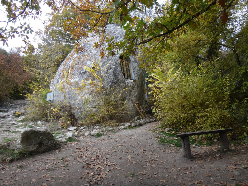 Вырублен в крупном обломке скалы у подножия Эски-Кермена.