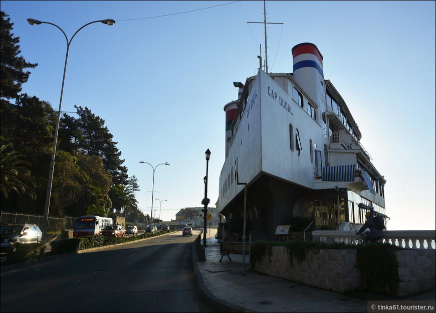 Отель Кап Дукаль, выполненнный в форме корабля.