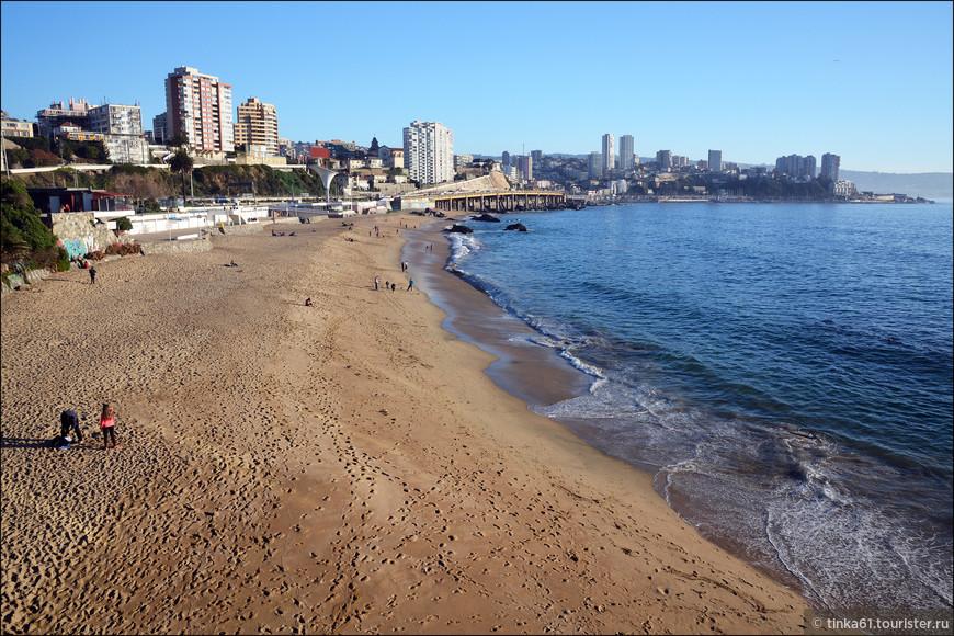Пляжи здесь широкие, удобные, но вода круглый год холодная. Особо не покупаешься.