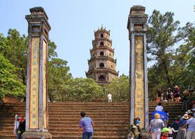 Здесь Пагода Небесной Женщины - стройная и красивая, какой и положено быть даме. И толпа туристов у ее ног...