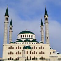 Черкесск.Соборная мечеть.Не узнать ее невозможно.Большая и красивая,построена в византийском стиле с множеством куполов(всего их 33).На данный момент самая большая в Карачаево-Черкесии.Внутрь я не сильно стремилась попасть,но говорят,что очень красиво.Стены оформлены орнаментом арабской вязи.Но судя по всему,здесь еще ведутся строительные работы-т.к. внутренний дворик был заставлен строительными материалами.