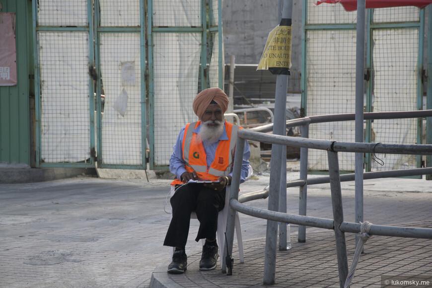 Охранник сторожит стройку на набережной