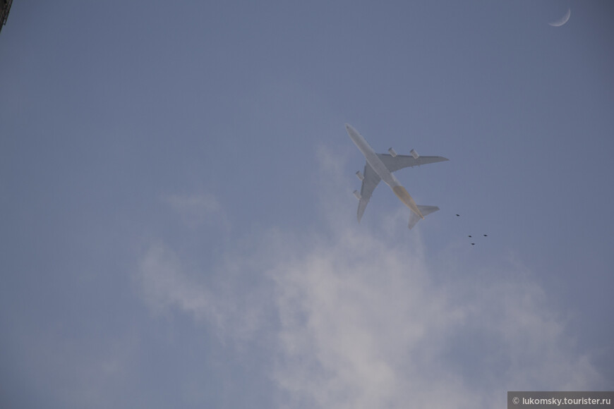 Над городом очень часто летаю самолеты, а еще  в кадр попали птицы и Луна