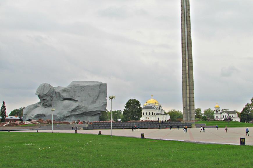 Главный монумент и Свято-Николаевский храм.