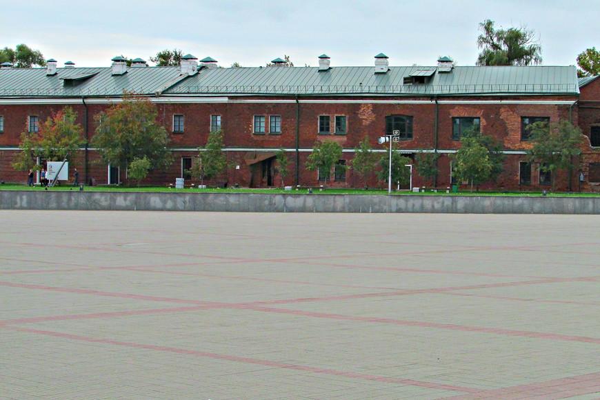 Крепость имеет давнюю историю. Строительство ее Цитадели было завершено в 1842 г. Именно тогда были сооружены  две двухэтажные казармы из красного кирпича 1,8 км в окружности. Толщина стен  стен составляет два метра. В казармах устроены 500 казематов, рассчитанные на 12 тысяч человек.
