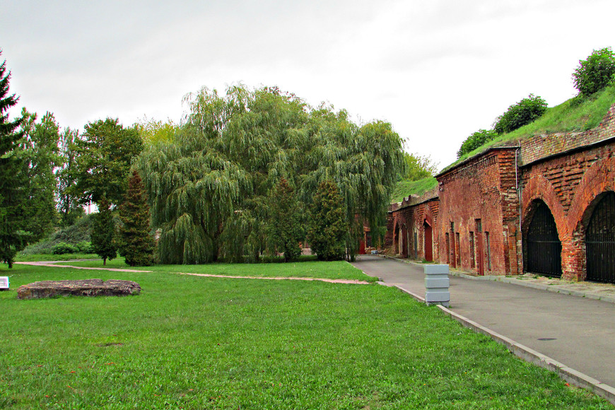 Одна из казарм Кобринского укрепления. 29 июня с падением Восточного форта Кобринского укрепления завершилась организованная оборона крепости.  Более 6  тысяч красноармейцев оказались в немецом плену.