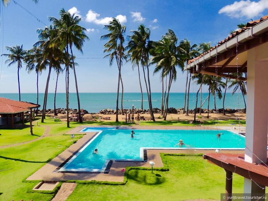 Внутренний двор в отеле Sanmali beach hotel. Есть еще детская и волейбольная площадки.