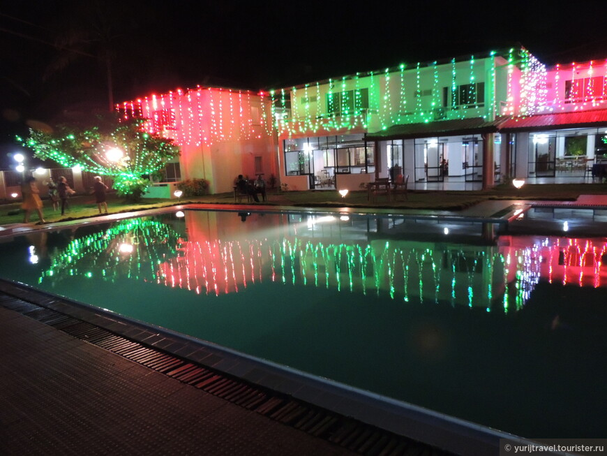 Вот такими огнями был расцвечен наш отель Sanmali beach hotel на Новогоднюю ночь.  Эти красивое освещение просуществовало только Новогодние сутки. Наутро его сняли до следующего праздника ...