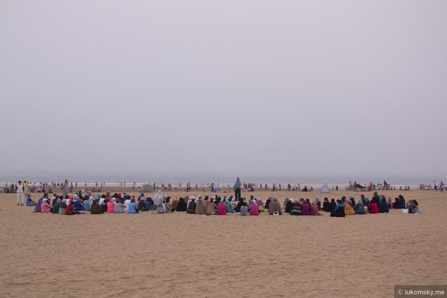 В Воскресенье на пляже Агадира собираются толпы народа, одни играют в футбол, другие садятся в круг, третьи занимаются танцевальной аэробикой.