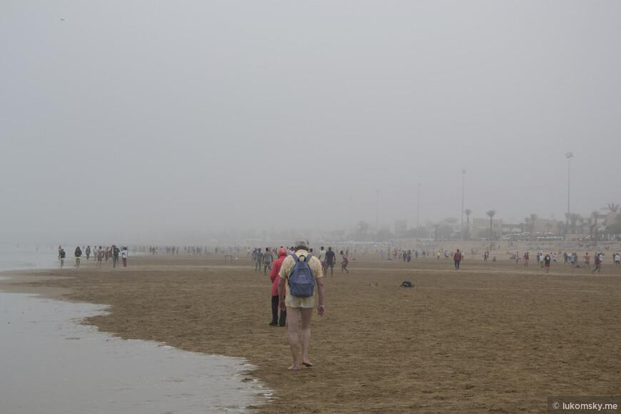 Вот так туриста без штанов оставили:)  Агадир, Воскресенье, Утро, весь пляж переполнен местными футболистами, а среди них одиноко бродят  вот такие туристы.