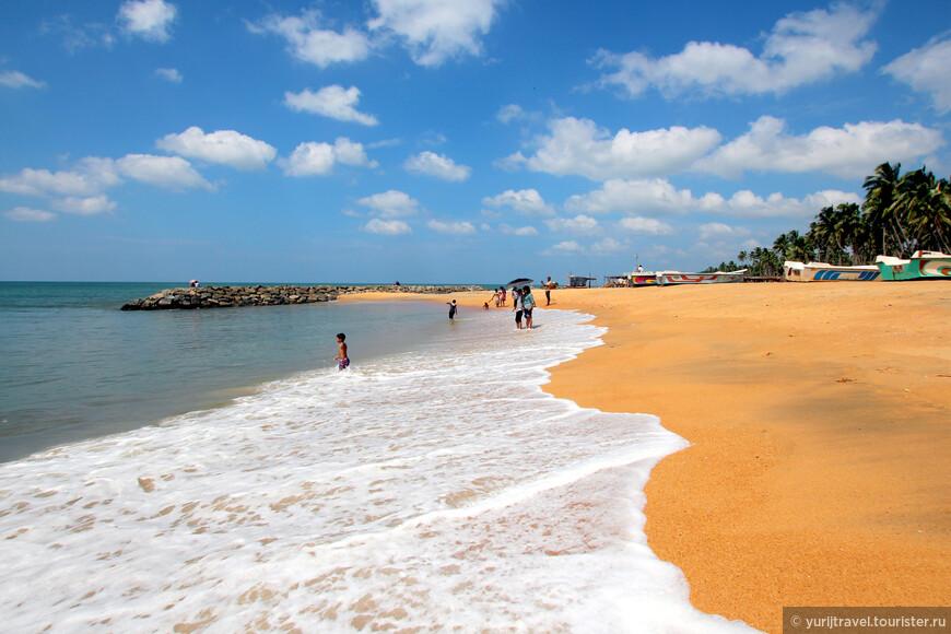 Пляж в городке Маравила. Местные практически не купаются. Из туристов мы были одни ...