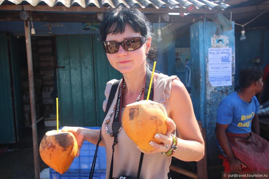 Что может быть лучше прохладного кокосового сока в такую жару? На доллар - пара кокосов. А иногда можно сторговаться и на три штуки. Или насобирать самому. Правда вскрыть их без хорошего мачете - проблема ...