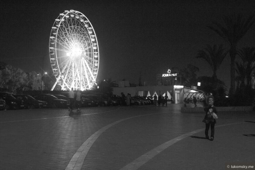 На набережной Агадира рядом с колесом обозрения стоит автомат для попкорна. Дети с удовольствием им затариваются.