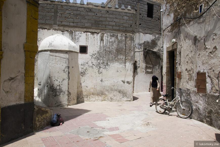 Эс-Сувейра, старый город  Повезло сфотографировать эту женщину т.к. они очень не любят этого