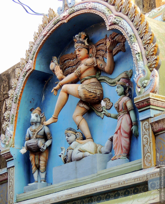 Очень эффектно смотрятся барельефы индуистских божеств вдоль внешней стены, колесницы для религиозных обрядов и фестивалей. В восточной части от входа растет дерево бодхи, а за ним священный пруд.