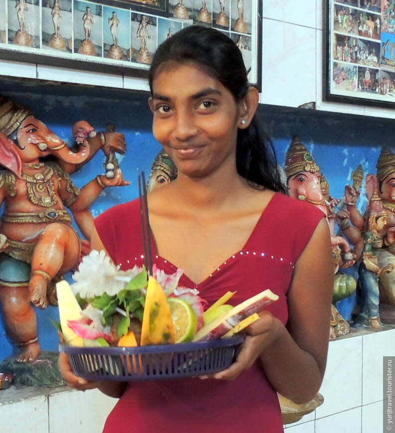 Все индусы приносят в храм для освящения миску с фруктами