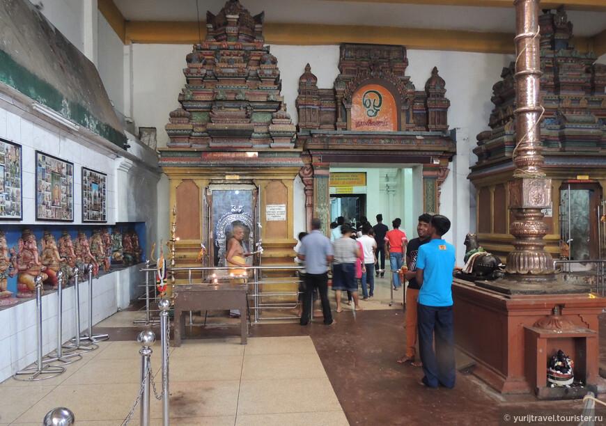 По некоторым данным, часть стен главного алтаря для Шивы датирована концом XVI - началом XVII вв.
