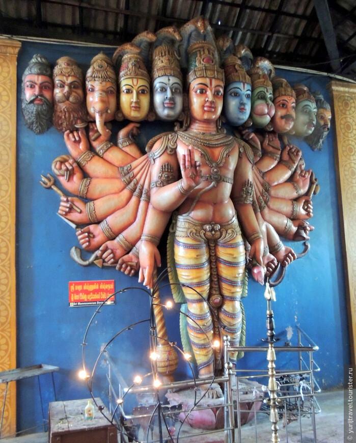 Индуистский храм Sri Munneswaram Devasthanam расположен в небольшой деревне недалеко от г. Chilaw на севере от Негомбо. Он посвящен богу Шиве и считается одним из старейших храмов в Шри-Ланке, хотя от изначально основанного в 1000 году храма ничего на сохранилось.  Он состоит из нескольких храмов, включающих основной алтарь для Шивы, святыню для Ганеши и буддийскую святыню для Ayyanayake.