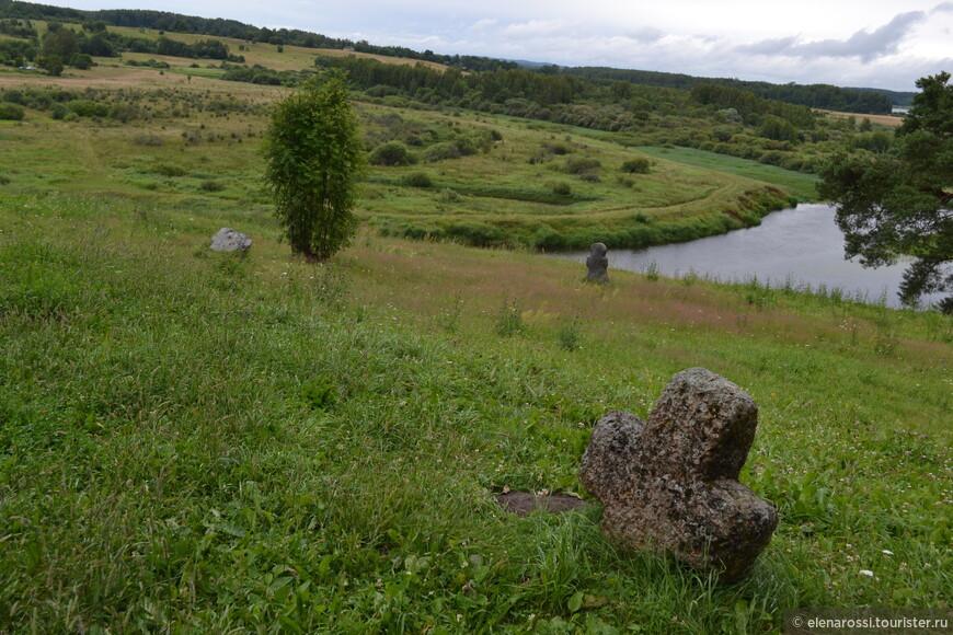 Древняя земля.  Эти кресты на Савкиной горе и при Пушкине так же вырастали из земли, будили воображение о былом.