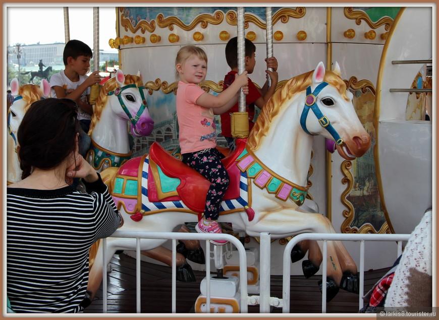 Даже в 21 веке классические карусели с лошадками - вне конкуренции!!!