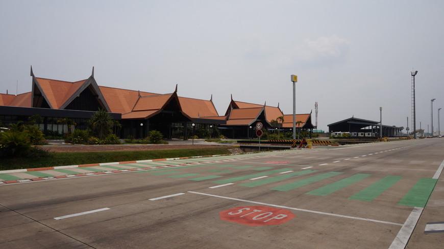 """Пустынный и безлюдный аэропорт Сием Рип очень сильно отличается по наполненности от главного Храма Ангкор Ват, где людей (особенно китайцев) тысячи, как в муравейнике. А еще это самый """"быстрый"""" международный аэропорт в моей жизни - 10 минут на паспортный контроль и получение багажа, а у выхода уже ждали тук-тукеры."""