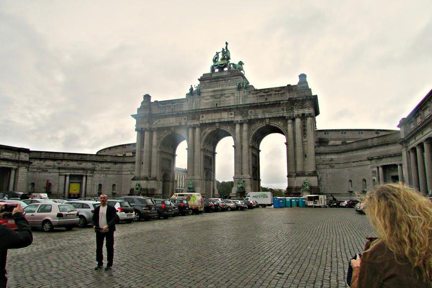 Триумфальная арка при входе в Юбилейный парк.