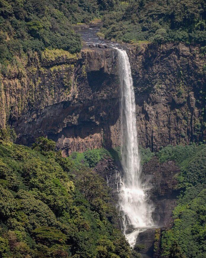 Водопад Сурла. Находится недалеко от границы с Гоа, примерно в 70 километрах от береговой линии (от Вагатора, Анджуны), с учетом дорог. Штат Карнатака.