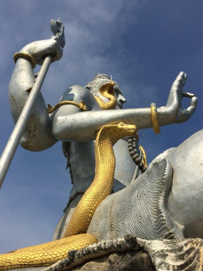 Мурдешвар. Находится на берегу Аравийского моря в штате Карнатака, соседствующем с Гоа.             37-метровая статуя индуистского бога Шивы