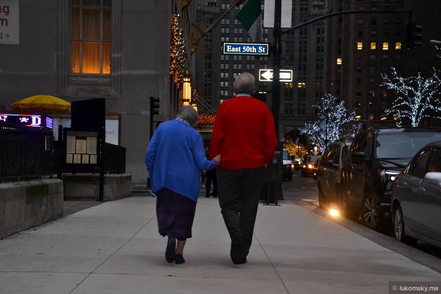 Пожилая  пара прогуливается в центре Манхетена. Это фотография принимала участие в AdMe Photo Awards 2016, но к сожалению дальше шорт-листа не прошла
