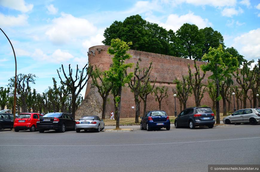 Долго кружили по городу в поисках парковки и наконец, возле крепостной стены нашлось местечко для нашей машинки.Мощные стены окружают всю историческую часть Сиены и являются первой достопримечательностью, которую видит каждый, кто приезжает в этот средневековый город.