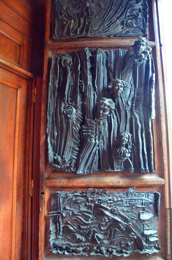 История базилики Сан-Доменико неразрывно связана с жизнью самой почитаемой в городе (и во всей стране) святой — Екатерины Сиенской. Жившая в 14 веке святая была знаменита редкостным даже для тех времён аскетизмом и самоотречением, а также подвижничеством, религиозными экстазами и видениями. Святая провела за стенами базилики большую часть жизни. Здесь есть реликварий с её личными вещами, здесь же хранятся самые ценные из её рукописей и главная реликвия — мощи святой: голова и палец.