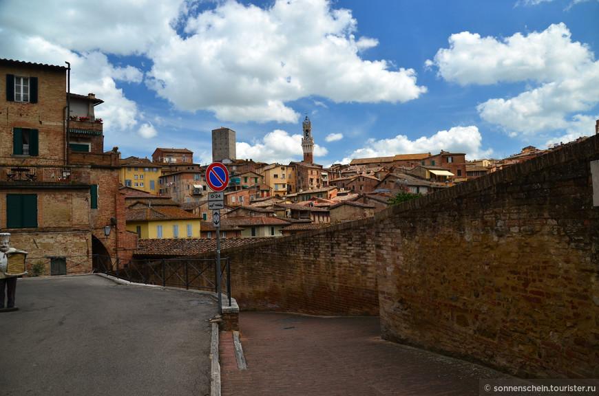 Исторический центр Сиены находится на высоте 322 метра над уровнем моря и сильно возвышается над остальным городом. В него можно подняться при помощи узких эскалаторов, которые расположены недалеко от ворот Порта Фонтебранда.