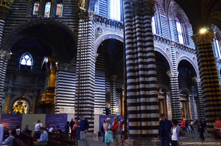 Внутри собора, кроме восхитительной архитектуры, можно увидеть прекрасно сохранившиеся средневековые мозаики и фрески. Поскольку собор является действующим, вход в него разрешён только до 17.00.