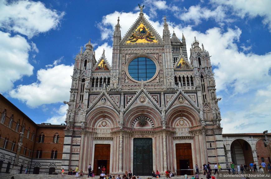Сиенский Собор, посвященный Успению Пресвятой Девы Марии,был возведен в XII-XIV веках, в период, когда Сиена была процветающим средневековым центром, и собор должен был соответствовать силе и богатству самого города.