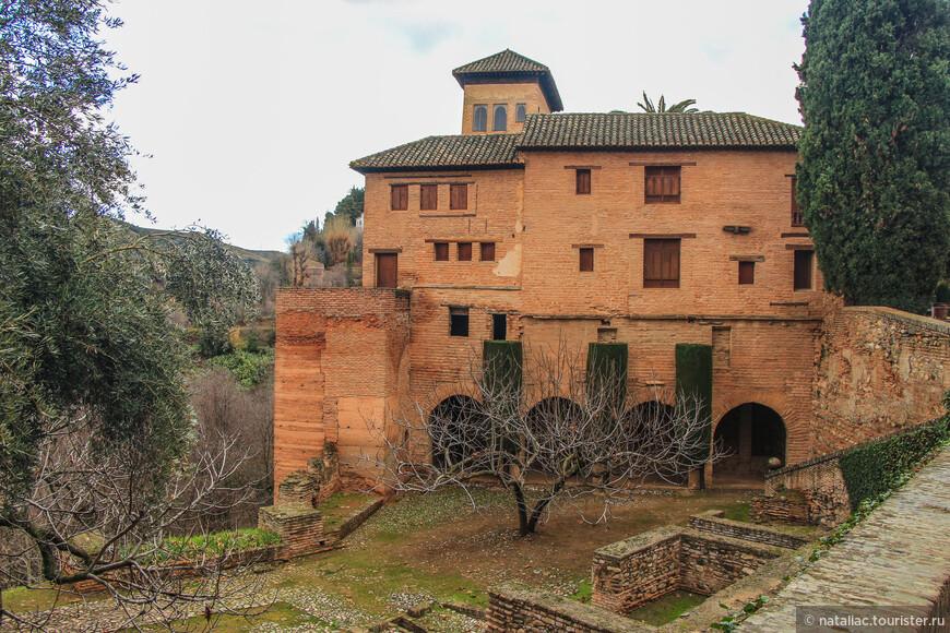 Из дворца Насридов  можно пройти на территорию садов Парталь.
