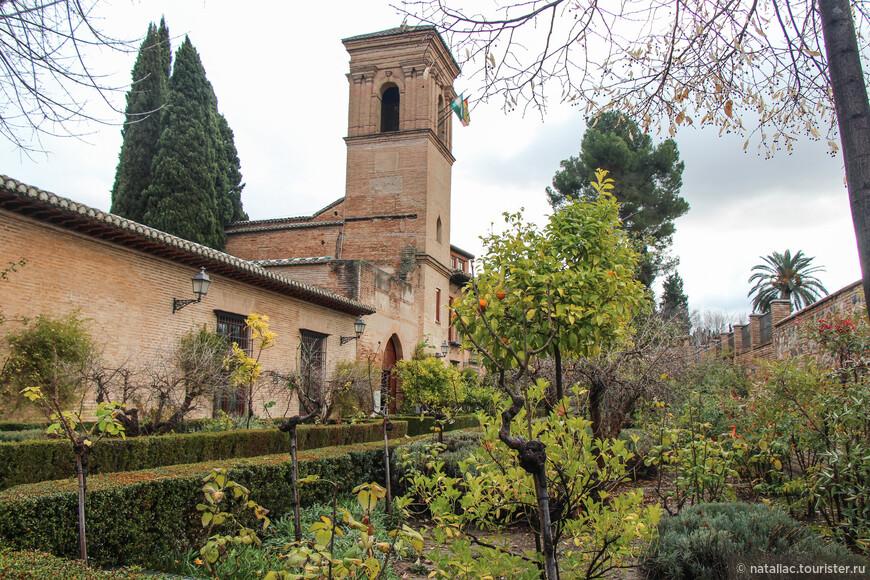 Отель Parador de Granada, расположен в верхней Альгамбре, в Медине.