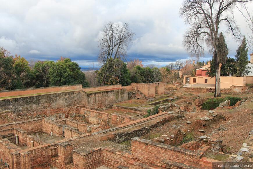 На территории Сухого  сада («сухая земля»)в  Медине,  бывшей территории ремесленного квартала видны фундаменты домов, мастерских, гончарных печей.