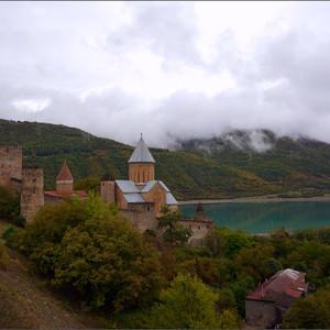 Замок Ананури на берегу Жинвальского водохранилища стоит прямо на Военно-Грузинской дороге,  примерно в 70 километров от Тбилиси. Башни замка датируются 13 веком. Несмотря на возраст Ананури отлично сохранился, там бы по-хорошему провести часок-другой, всё как следует облазить. У нас же там была  всего лишь 15-минутная  остановка.