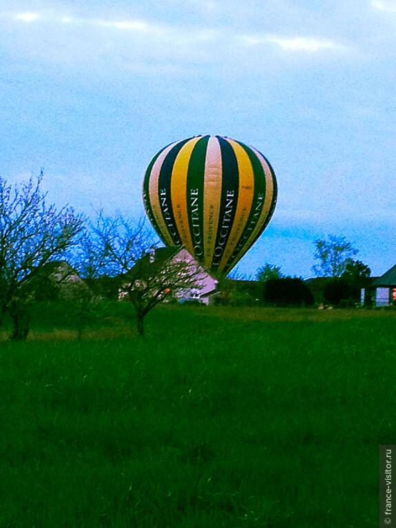 Вот так, выйдя из дома можно сразу взять воздушный шар и отправиться на работу.
